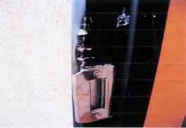 ドア枠まで傷んでしまっています。 この場合、ドア枠ごとの交換になります。