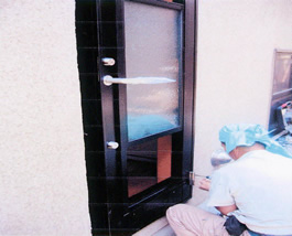 新しいドアを組み付けていきます。 防水処理も確実に行います。