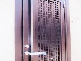今回はガラス割りに対してパンチングメタルを採用。錠前も2ロックと致しました。 (完成)